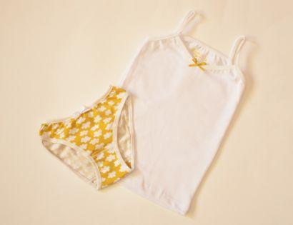Conjunto camiseta de tirantes blanca y braguita con nubes.